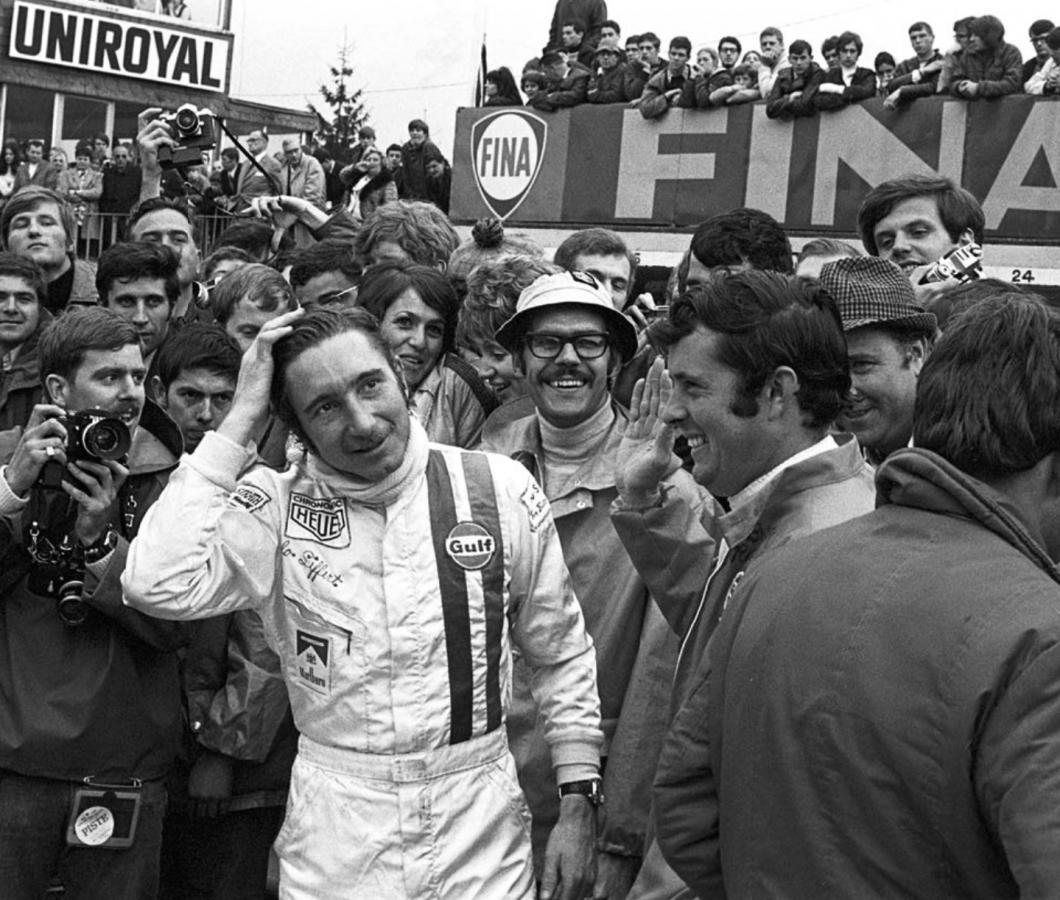17 mai 1970 : Jo Siffert vient de remporter les 1000 Kilomètres de Spa. On reconnaît, à ses côtés, son coéquipier Brian Redman qui lève la main droite pour le féliciter.